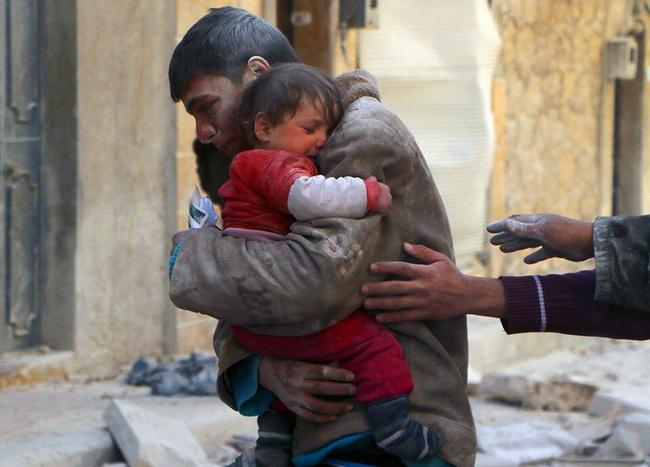 señor abrazando a su hijo que fue rescatado