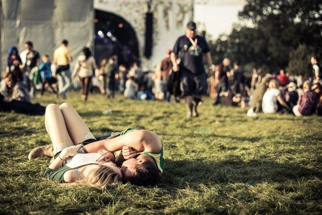pareja acostada en el pasto besadose