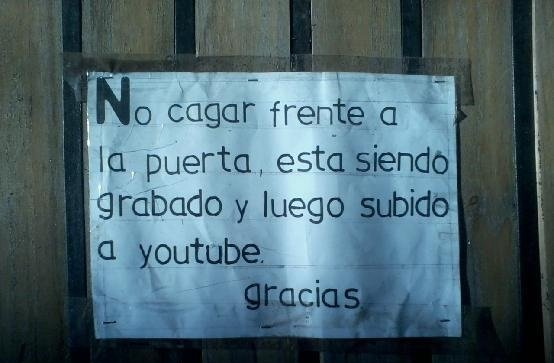 cartel amenaza filmar y subir a toutube a quien cague en la via publicq