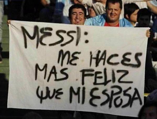 messi me haces mas feliz que mi esposo pancarta en un estadio