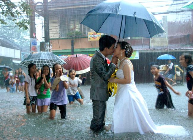 novios besandose en medio de una inundacion