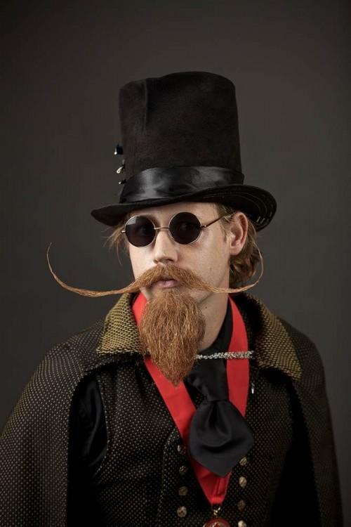 bigotes de rastas con galera barba y gafas oscuras