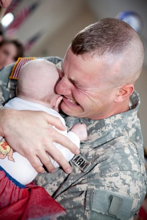 soldado abrazando a bebe