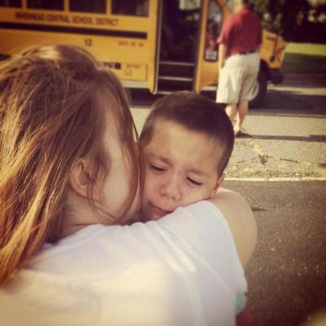 madre despidiendo a su hijo antes de irse a la escuela