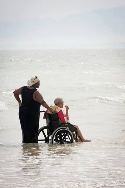 persona en silla de ruedas denro del mar