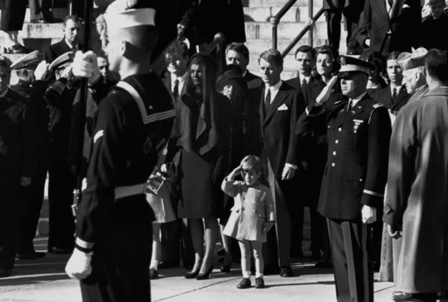 niño haciendo honores en el funeral de su padre