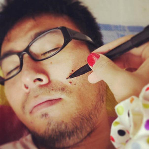 finje tener novia que le pinta mientras duerme