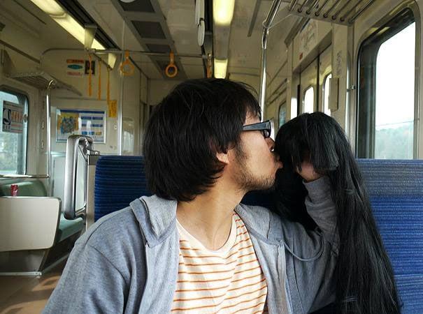 asiatico besando una peluca en el transporte publico