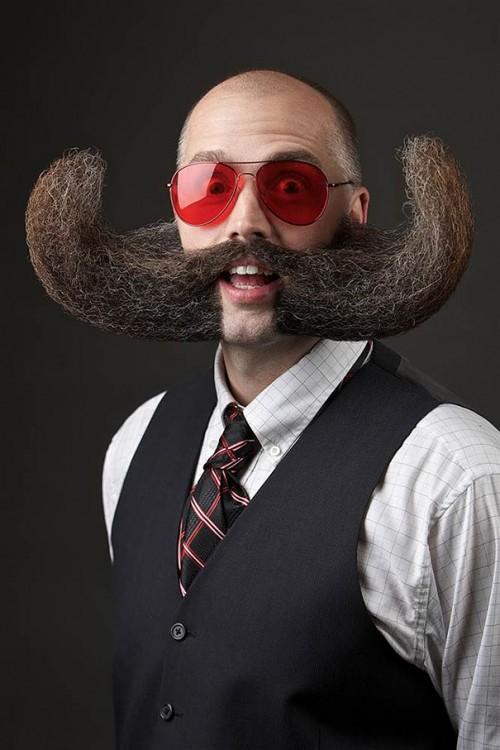 bigotes enormes y extravagantes