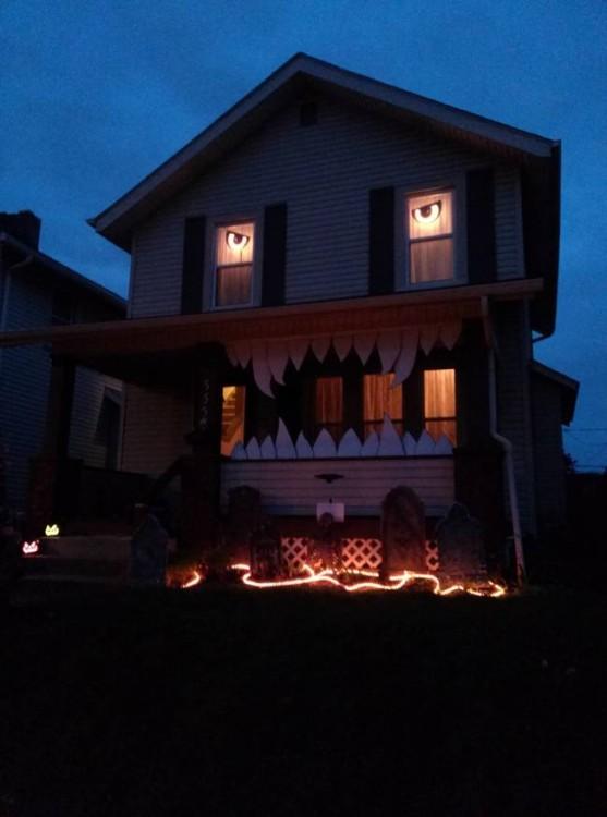 Casa decorada con una boca llena de colmillos