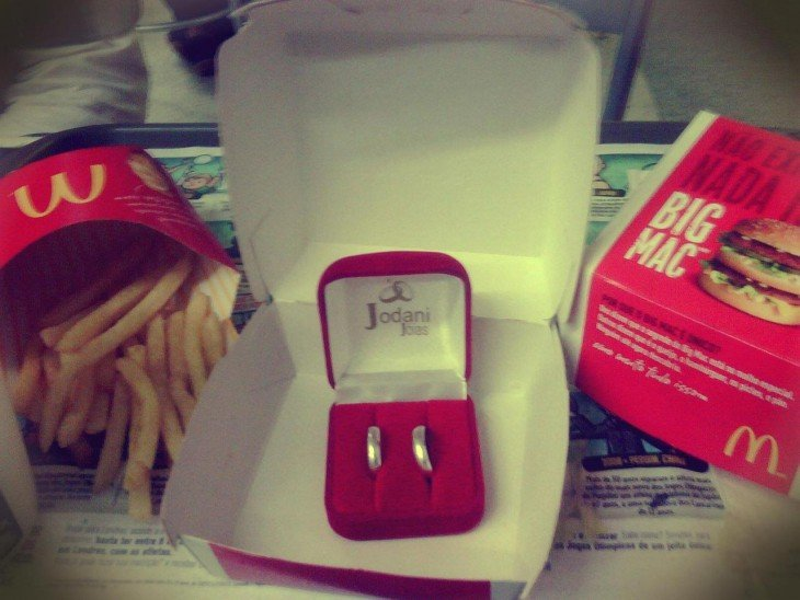 Anillos de matrimonio dentro de una caja de Mc Donalds