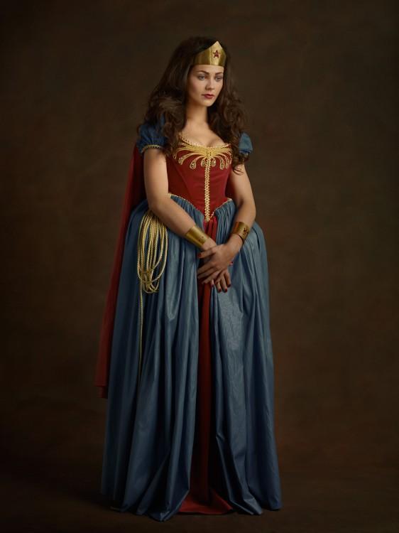Fotografía medieval de la Mujer maravilla con un atuendo del siglo 16.