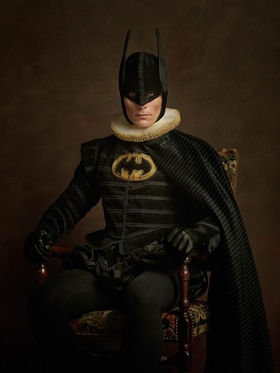 Batman con la vestimenta del siglo 16 sentado en una silla