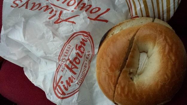 pan bagel que esta cortado de forma vertical