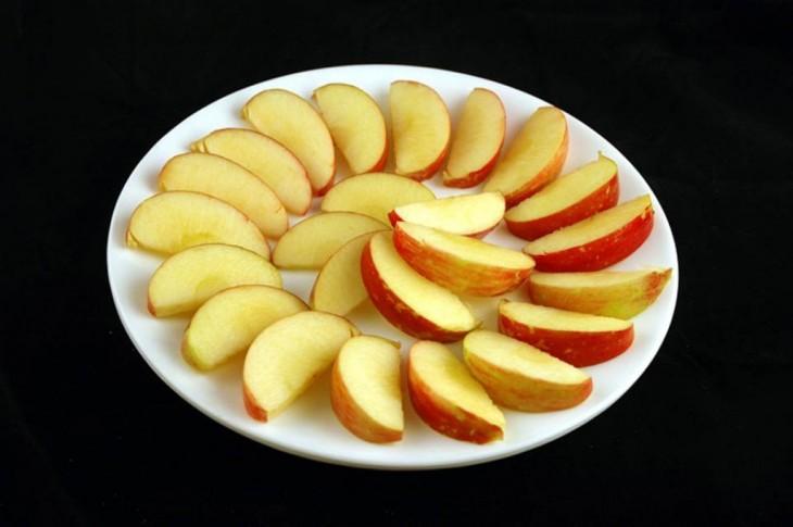 plato con rodajas de manzana