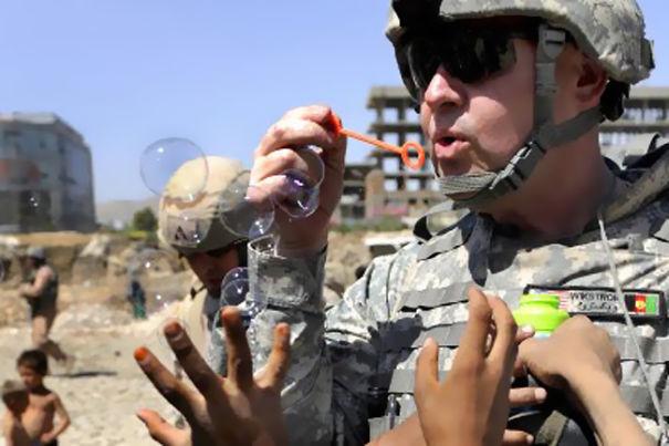 soldado jugando con burbujas