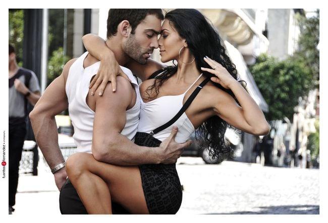 pareja de bailarines abrazados