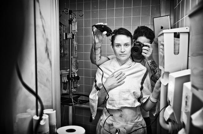 hombre cortandole el cabello a su mujer