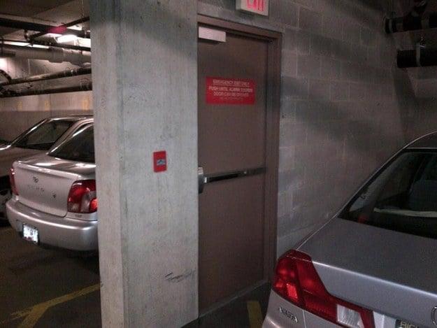 puerta en una estacionamiento