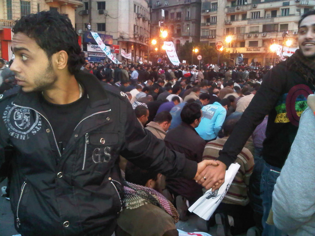 hombres agarrados de la mano en medio de protesta
