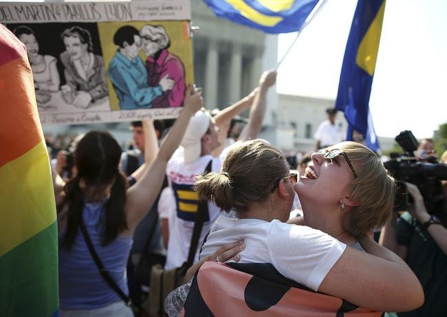 pareja de lesbianas abrazandose en marcha
