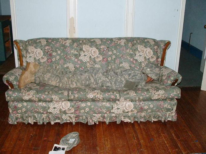 soldado camuflageado en un sofa