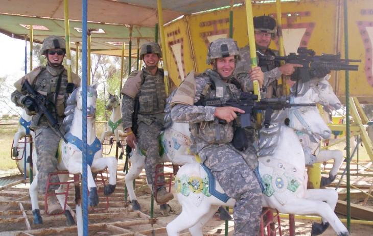 carrusel en el que se suben soldados