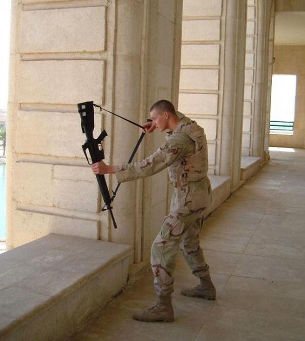 soldado utilizando arma como resortera