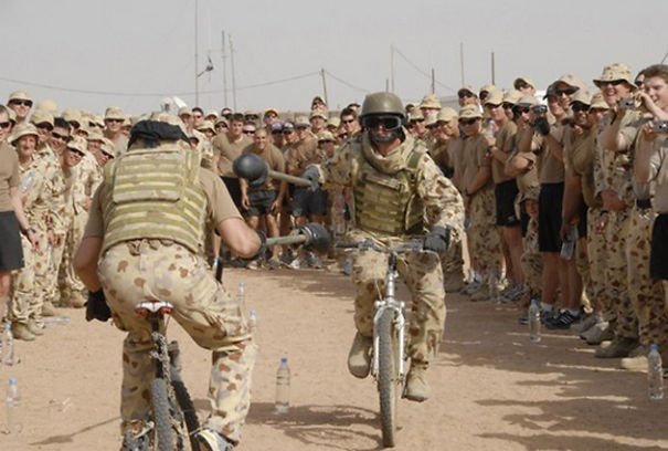 soldados en un combate en bicicletas