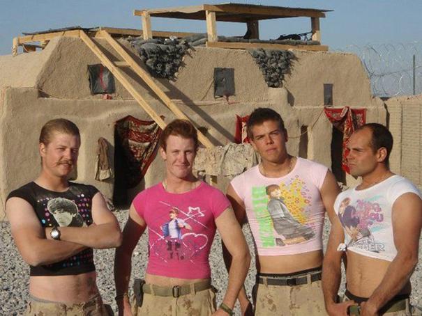 soldados con blusas de ombliguera
