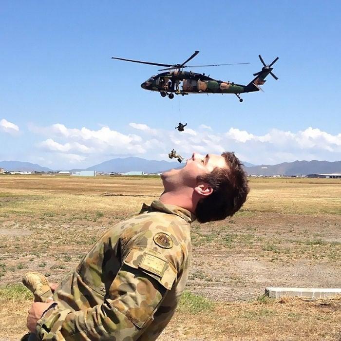 ilusion óptica de un helicoptero del que caen soldados