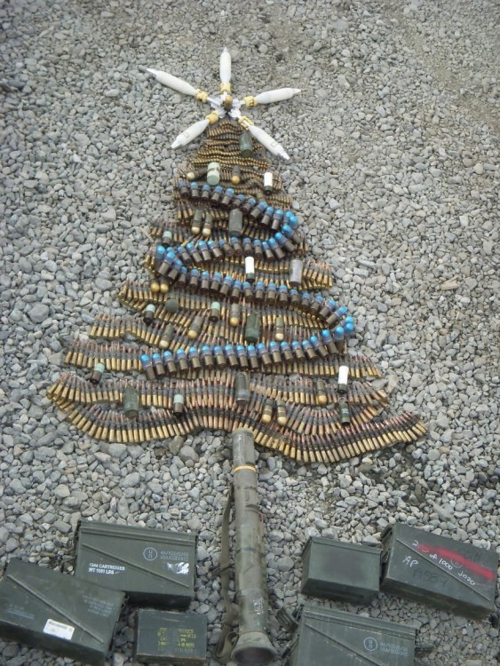 arbol de navidad hecho con armas