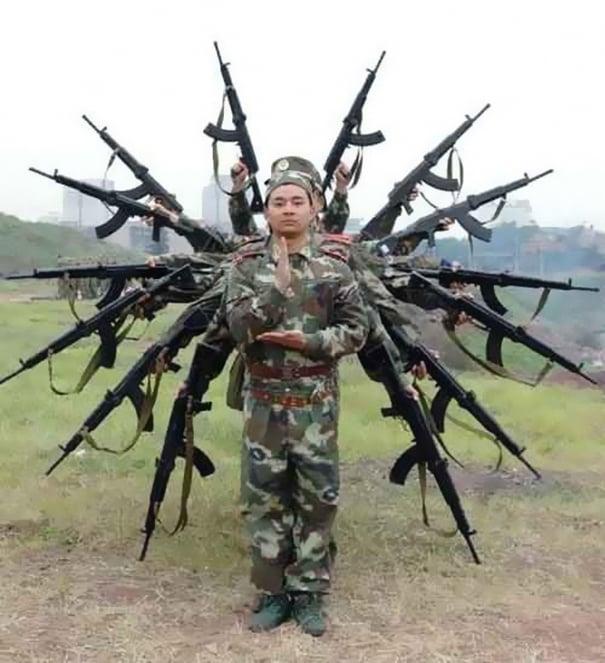 soldado haciendo forma de dios hindú
