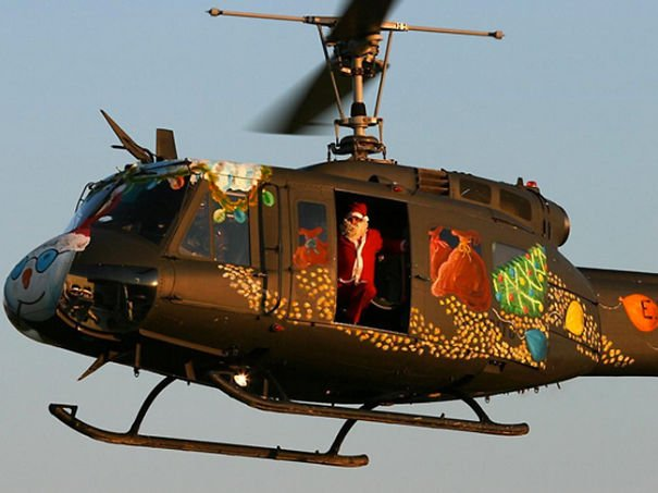 helicoptero adornado navideño con un santa claus