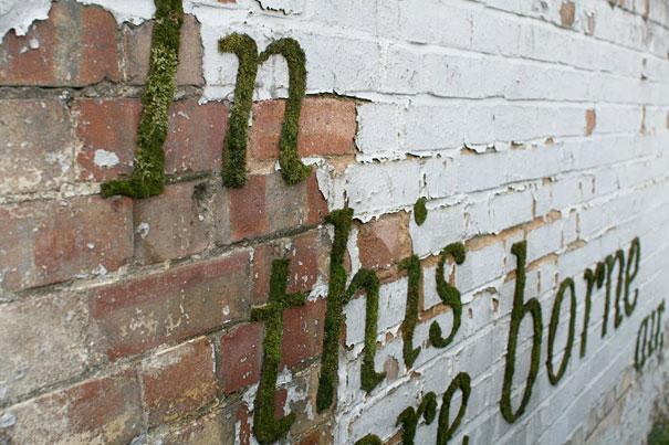 letras escritas en muzgo sobre pared