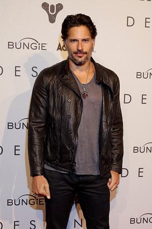 actor joe manganiello vestido con chamarra de piel negro