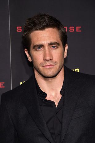 Jake Gyllenhaal vestido con saco negro