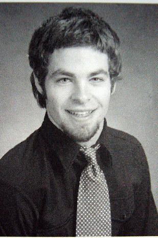 chris pine de joven con una corbata