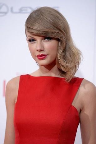 taylor swift vestida de rojo
