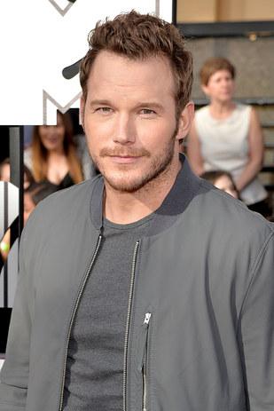 actor chris pratt de grande usando chamarra gris