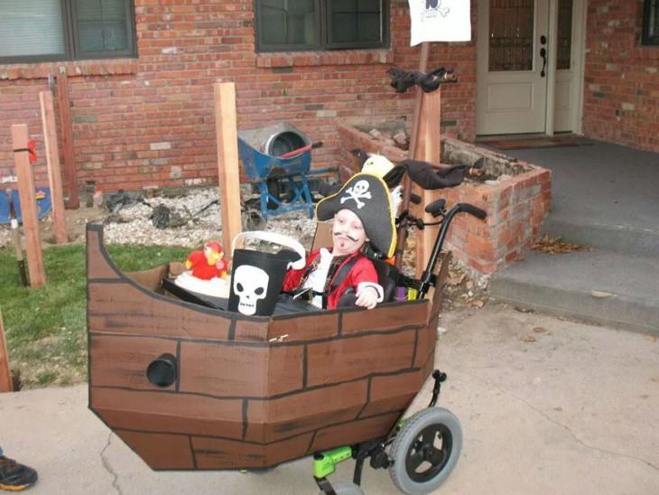 disfraz de pirata de un niño en silla de ruedas