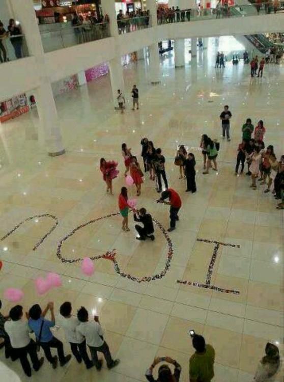 piso de shopping pintado solicitando matrimonio