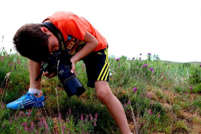 adolescente con cámara de fotos