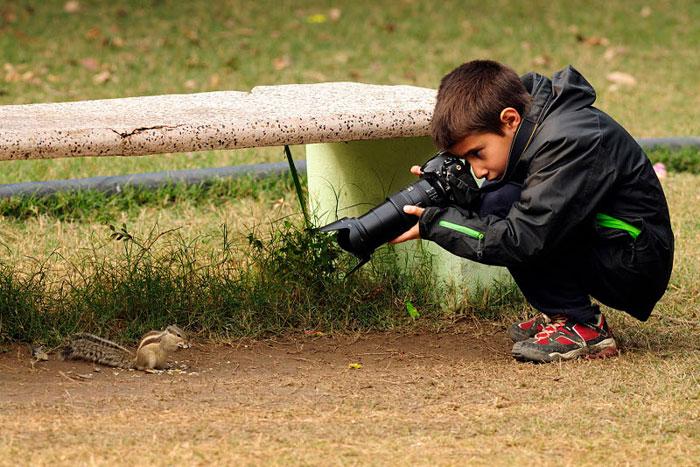 adolescente sacando foto a raton