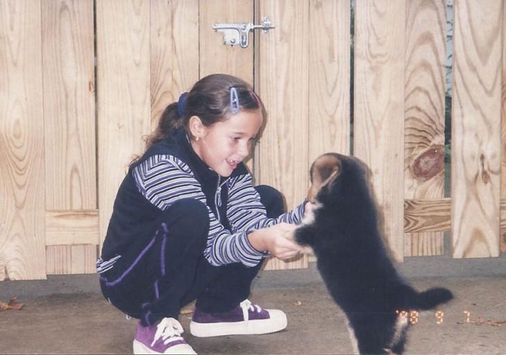 cachorro jugando con una niña