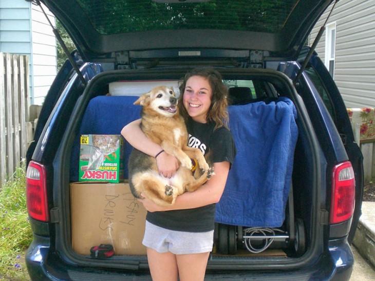 joven cargando a su perrito