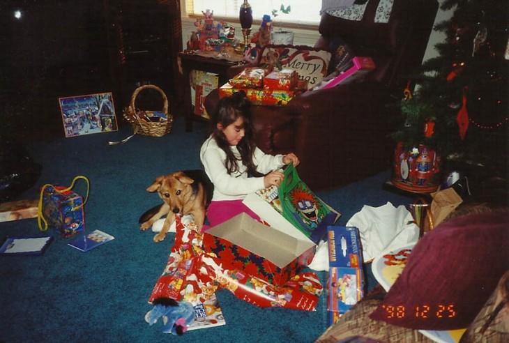 niña abriendo los regalos de navidad