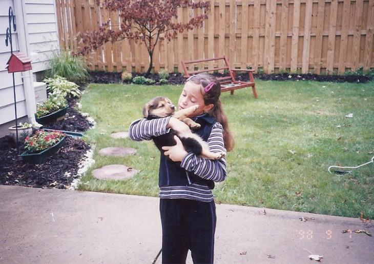cachorro sostenido por una niña