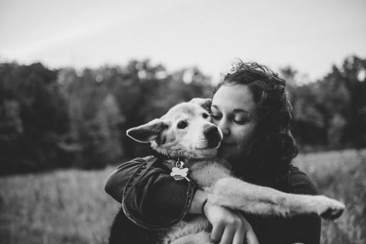 besando a su perro en blanco y negro