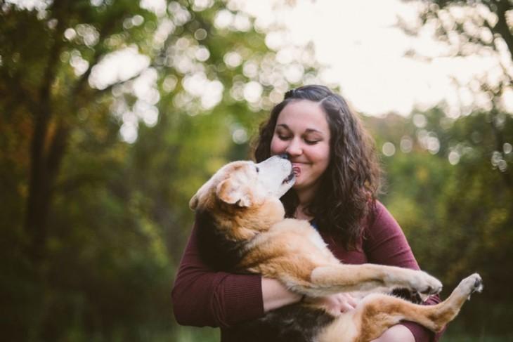 cargando un perrito y dandole cariño